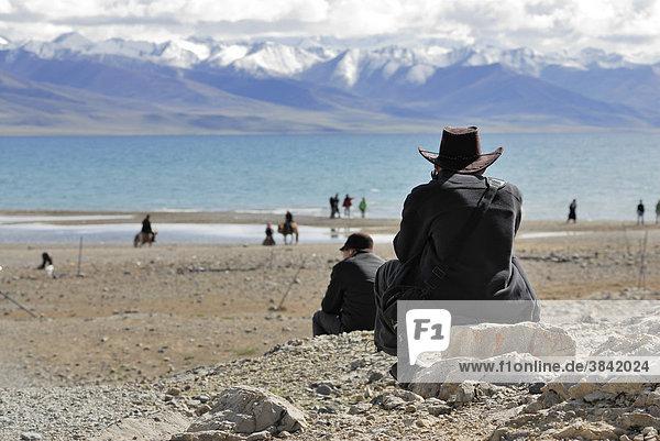 Tibeter vor schneebedecktem Gipfel des Nyenchen Thanglha am Namtso See  Himmelssee  Tibet  China  Asien