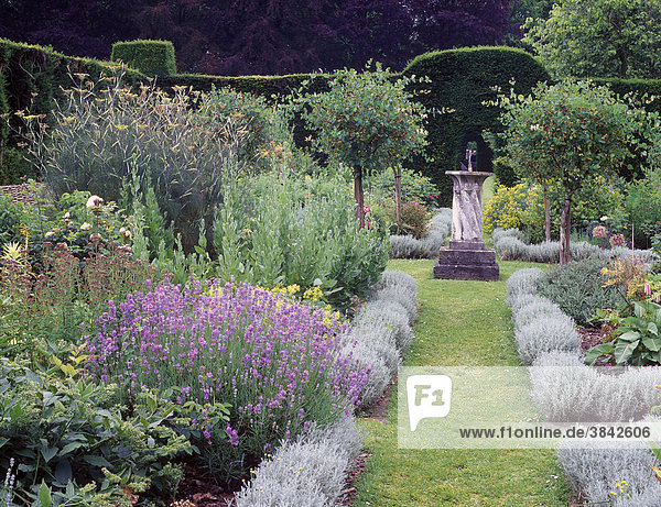 cranborne manor dorset england europa in der mitte eine sonnenuhr von hecken umgebener. Black Bedroom Furniture Sets. Home Design Ideas