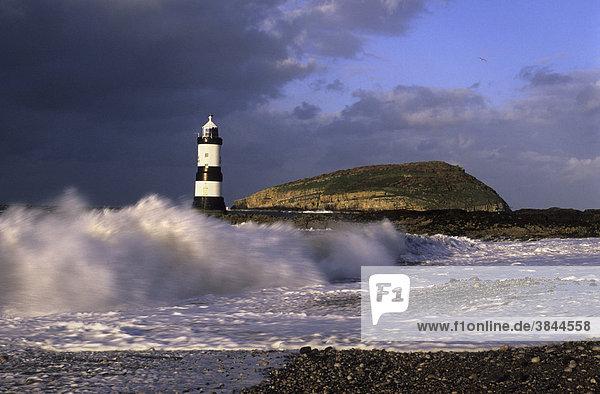 Penmon Leuchtturm und Puffin Insel bei schwerer See  Black Point  Anglesey  Wales  Großbritannien  Europa
