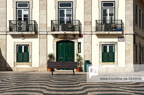 Wellenmuster im Mosaikpflaster auf dem Platz Praca 5 de Outubro  Platz vor dem Rathaus  nahe Cascais  Lissabon  Portugal  Europa