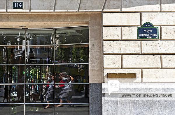 Spiegelung in einem Schaufenster an den Champs ElysÈes  Paris  Ile de France  Frankreich  Europa