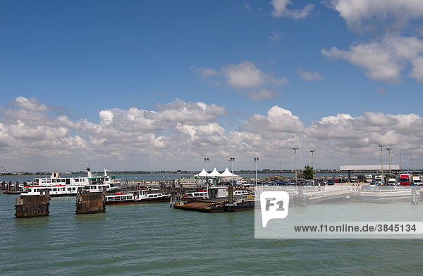 Anlegestelle für die Autofähre von Venedig-Tronchetto zur Insel Lido di Venezia  Venedig  Venetien  Italien  Europa