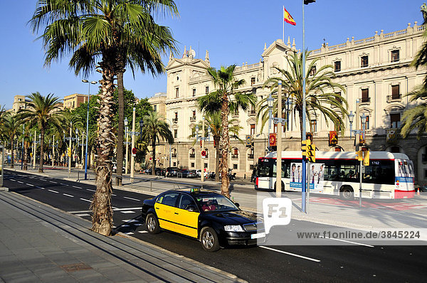 Taxi auf dem Paseo de ColÛn am Alten Hafen  Barcelona  Spanien  Iberische Halbinsel  Europa
