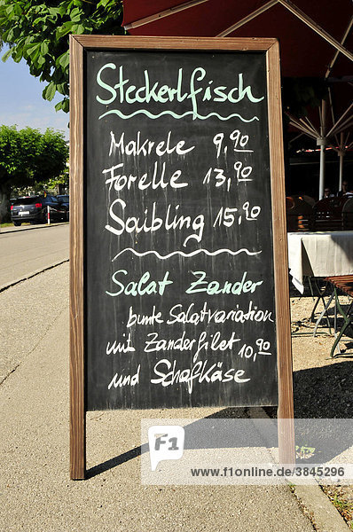Schild Fischspezialitäten in Prien am Chiemsee  Chiemgau  Bayern  Deutschland  Europa
