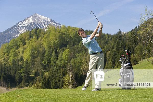 Golfer beim Abschlag  Alpengolf  Achenkirch  Tirol  Österreich  Europa