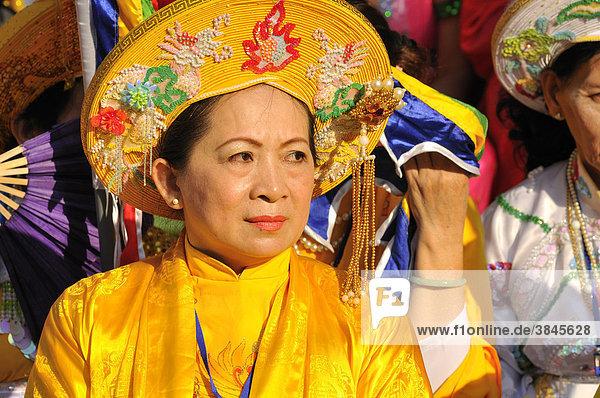 Prächtig traditionell gekleidete Frau beim wichtigsten Fest der Cham  Tempel von Po Nagar  Nha Trang  Vietnam  Südostasien