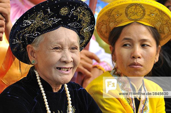 Traditionell gekleidete Frauen in prächtigen Gewändern  wichtigstes Fest der Cham  Tempel von Po Nagar  Nha Trang  Vietnam  Südostasien