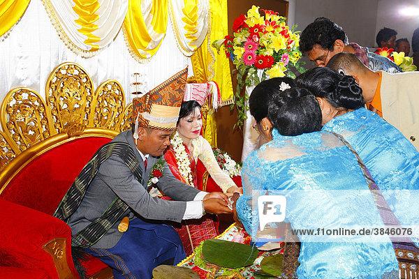 Brautpaar werden Speisen gereicht  Hochzeitszeremonie  Siantar  Batak Region  Sumatra  Indonesien  Asien