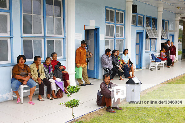 Patienten warten auf Behandlung  Krankenhaus  Balinge  Batak Region  Sumatra  Indonesien  Asien