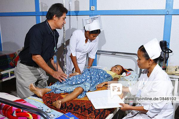 Arztvisite  Mädchen im Krankenbett  Krankenhaus  Balinge  Batak Region  Sumatra  Indonesien  Asien