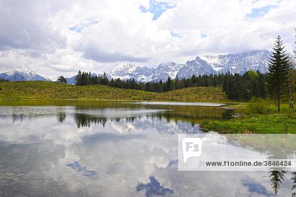 Wildensee  hinten das Estergebirge mit Heimgarten und Herzogstand  Karwendelgebirge  Mittenwald  Werdenfelser Land  Oberbayern  Bayern  Deutschland  Europa