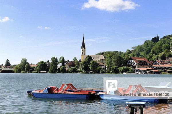 Blick über den Schliersee  Pfarrkirche St. Sixtus  Oberbayern  Bayern  Deutschland  Europa
