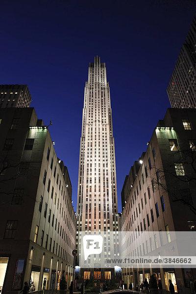 Nachtaufnahme Rockefeller Center in Manhattan  New York City  New York  USA