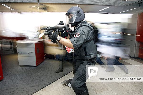 Einsatzübung eines Spezialeinsatzkommandos  SEK  der Polizei  geprobt wird der Zugriff auf Täter bei der Geiselnahme nach einem Banküberfall  Nordrhein-Westfalen  Deutschland  Europa