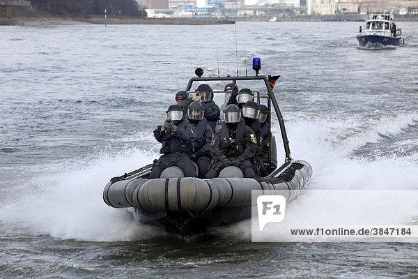 Einsatzübung von Spezialeinheiten der Polizei  Zugriff auf ein Fahrgastschiff auf dem Rhein  Nordrhein-Westfalen  Deutschland  Europa