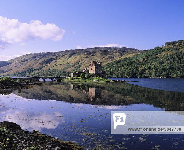Eilean Donan Castle nahe Dornie  Western Ross  Loch Alsh  Highlands  Schottland  Großbritannien  Europa