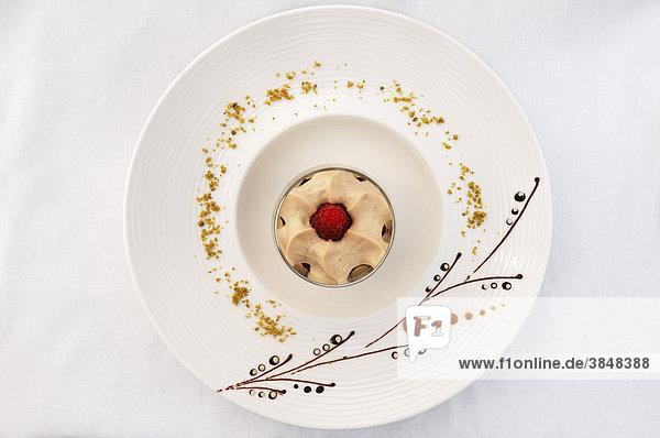 Dessert  Latte macchiato-Mousse auf verziertem Teller  Haute Cuisine  Auberge de la Ferme Hueb  Mike Germershausen  Marckolsheim  Elsass  Frankreich  Europa