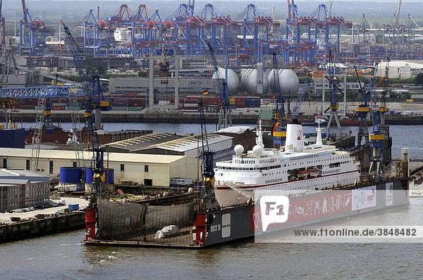 Werftanlagen mit der MS Deutschland im Dock  Hafen  Hamburg  Deutschland  Europa