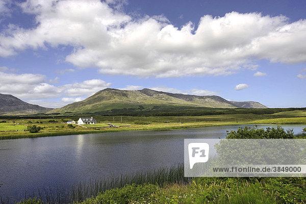 Cottage und Seenlandschaft  Mamm Cross  Connemara  Irland  Europa