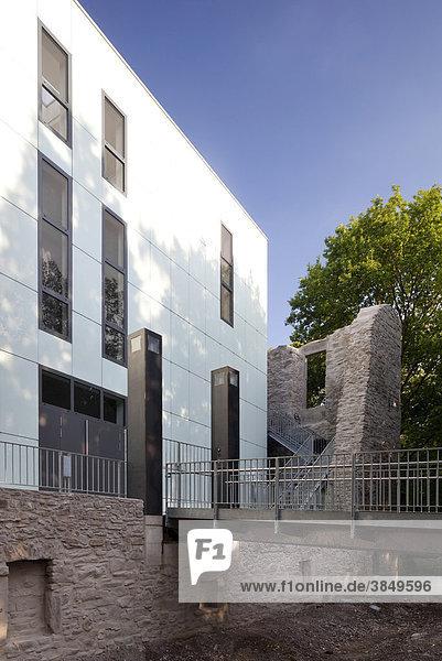 Haus Weitmar mit neuem Ausstellungskubus  Situation Kunst  Burgruine  Bochum  Ruhrgebiet  Nordrhein-Westfalen  Deutschland  Europa