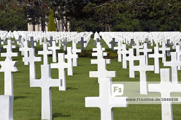 Kreuze  Marmor  amerikanischer Soldatenfriedhof am Omaha Beach bei Colleville sur Mer  Normandie  Frankreich  Europa