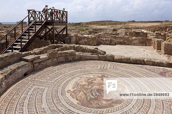 Touristen besichtigen die Römische Siedlung  UNESCO Weltkulturerbe  Ausgrabungsstätte  Pafos  auch Paphos  Südzypern  griechisch  Insel Zypern  Südeuropa