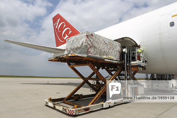 Frachtumschlag im Cargobereich des Flughafens Frankfurt-Hahn  Lautzenhausen  Rheinland-Pfalz  Deutschland  Europa