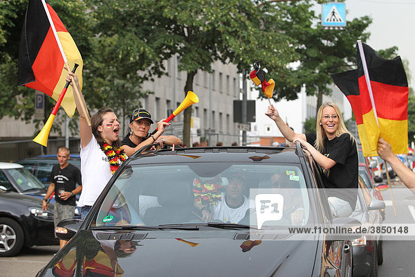 Autokorso in der Koblenzer Altstadt nach dem Fußball-WM-Viertelfinale  Koblenz  Rheinland-Pfalz  Deutschland  Europa