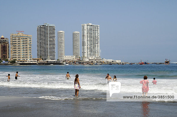 Playa Cavancha  Badestrand  Strand  Küste  Wellen  Hochhäuser  Iquique  Norte Grande  Nordchile  Chile  Südamerika