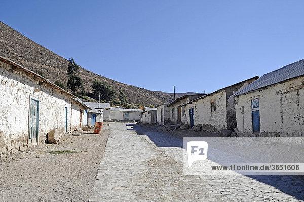Leere  steile Straße  typische Häuser  Berg  Dorf Socoroma  Putre  Altiplano  Norte Grande  Nordchile  Chile  Südamerika