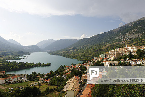 Barrea am Lago di Barrea  Nationalpark Abruzzen  Provinz L'Aquila  Apennin  Abruzzen  Abruzzo  Italien  Europa