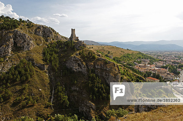 Mittelalterlicher Turm von Pescina  Valle del Giovenco  Provinz L'Aquila  Abruzzen  Abruzzo  Italien  Europa