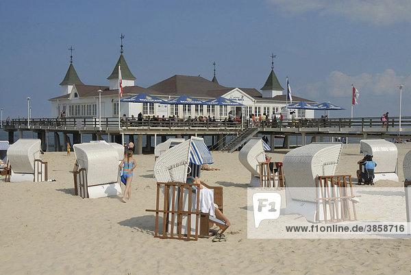 Liegestühle und Pavillon am Strand von Ahlbeck  Insel Usedom  Mecklenburg-Vorpommern  Deutschland  Europa