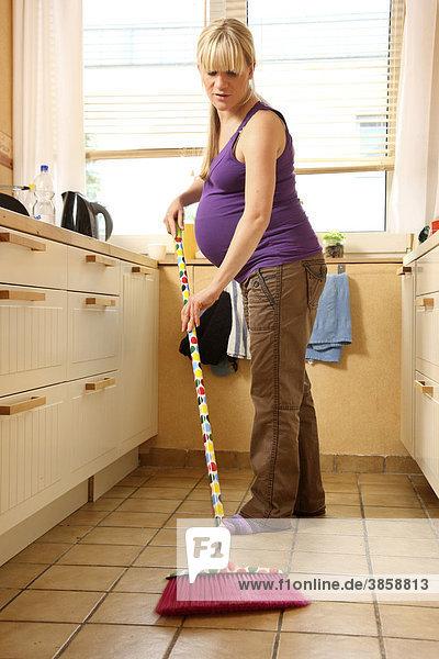 9. Monat, bei der leichten Hausarbeit, Küche putzen
