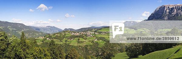 Aussicht auf Völs und das Bergmassiv des Schlern  Dolomiten  Trentino-Südtirol  Italien  Europa