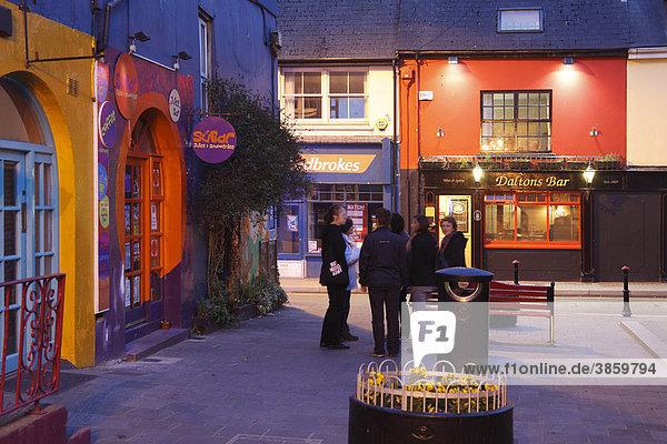 Abend im Stadtzentrum von Kinsale  County Cork  Irland  Britische Inseln  Europa