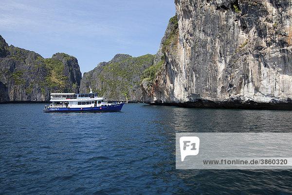 Tauchboot am Maya Beach  Ko Phi Phi Island  Phuket  Thailand  Südostasien  Asien