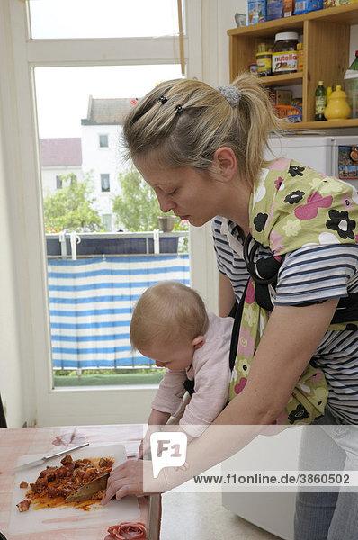 Junge Frau  29 Jahre  mit Mädchen  8 Monate  in der Küche