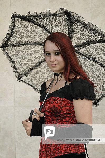 Junge Frau mit Schirm  Wave Gotik Treffen  Leipzig  Sachsen  Deutschland  Europa