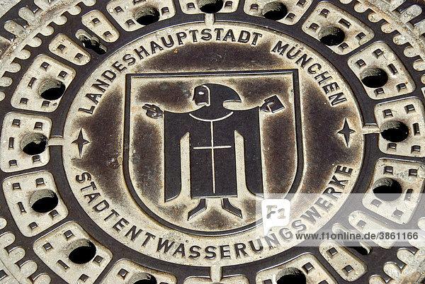 Kanaldeckel aus Eisen der Stadtentwässerungswerke  Wasserwerk  Kanalisation  Wappen Münchner Kindl  München  Landeshauptstadt  Oberbayern  Bayern  Deutschland  Europa