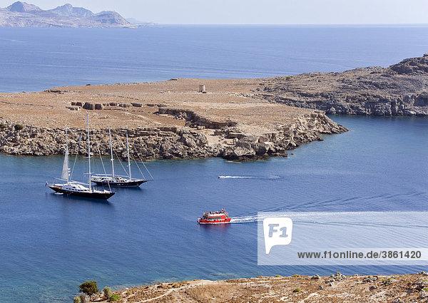 Boote vor der Küste des Ortes Lindos  Insel Rhodos  Dodekanes  Griechenland  Europa