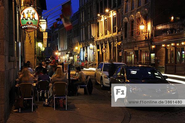 Straßencafe am Abend in der historischen Altstadt von Montreal  Quebec  Kanada