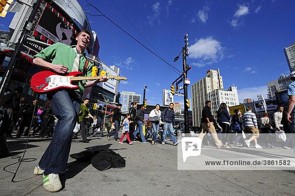 Straßenmusiker am Yonge-Dundas Square  Toronto  Ontario  Kanada