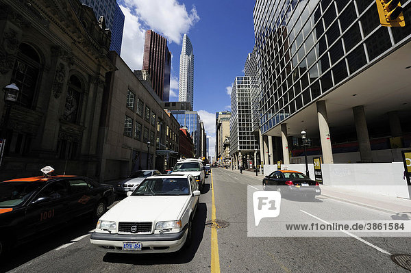 Yonge Street  die geschäftigste Straße mitten im Zentrum von Toronto  Ontario  Kanada