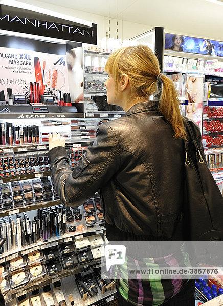 16  17  18  alt  alte  alter  altes  an  anschauen  anschauend  anschauende  anschauender  anschauendes  Ansicht  Ansichten  Auslage  Auslagen  aussuchen  beim  betrachten  betrachtend  betrachtende  betrachtender  betrachtendes  bis  blond  blonde  blonder  blondes  ein  eine  einer  eines  Einkäufe  Einkaeufe  Einkauf  einkaufen  einkaufend  einkaufende  einkaufender  einkaufendes  Einkaufscenter  Einkaufszentren  Einkaufszentrum  eins  Einzelhandel  einzeln  einzelne  einzelner  einzelnes  EKZ  Europäer  Europäerin  Europäerinnen  europäisch  europäische  europäischer  europäisches  Europaeer  Europaeerin  Europaeerinnen  europaeisch  europaeische  europaeischer  europaeisches  Frau  Frauen  Freizeit  Freizeitbeschäftigung  Freizeitbeschäftigungen  Freizeitbeschaeftigung  Freizeitbeschaeftigungen  Geschäft  Geschäfte  Geschaeft  Geschaefte  Handel  hellhäutig  hellhäutige  hellhäutiger  hellhäutiges  hellhaeutig  hellhaeutige  hellhaeutiger  hellhaeutiges  hinten  in  Jahr  Jahre  Jugend  Jugendliche  Jugendlicher  jung  junge  Junge  junger  junges  kaufen  Kaufhäuser  Kaufhaeuser  Kaufhaus  kauft  Kaukasier  Konsum  Kosmetik  Kosmetikabteilung  Kosmetikprodukt  Kosmetikprodukte  Läden  Laden  Ladengeschäft  Ladengeschäfte  Ladengeschaeft  Ladengeschaefte  Laeden  langhaarig  langhaarige  langhaariger  langhaariges  Leute  make  Mensch  Menschen  Person  Personen  Pflegeprodukt  Pflegeprodukte  Produkt  Produkte  Rückenansicht  Rückenansichten  Regal  Regale  Rueckenansicht  Rueckenansichten  Schönheit  Schönheiten  schauen  schaut  Schminke  Schoenheit  Schoenheiten  selektieren  Shopping  Teen  Teenager  Teens  up  von  Ware  Waren  Warenhäuser  Warenhaeuser  Warenhaus  weiblich  weibliche  weiblicher  weibliches