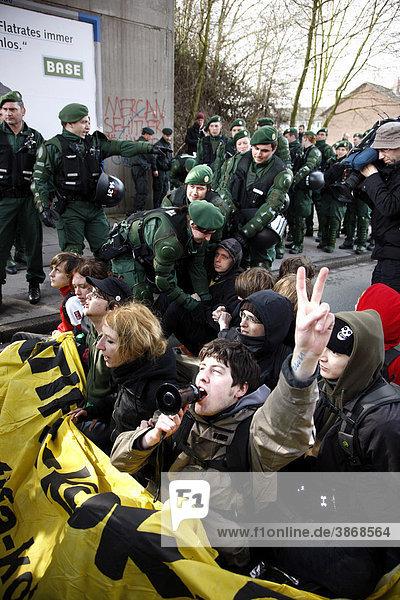 am  Anti  Anti-Islam  Antifa  außen  Außenaufnahme  Ausländerpolitik  Auslaenderpolitik  aussen  Aussenaufnahme  Aussenaufnahmen  bei  Bewegung  BRD  Bundesrepublik  Demo  Demonstrant  Demonstranten  Demonstration  Demonstrationen  demonstrieren  demonstrierend  demonstrierende  demonstrierender  demonstrierendes  demonstriert  Demos  der  deutsch  deutsche  deutscher  deutsches  Deutschland  die  Die  draußen  draussen  Duisburg  Duisburg-Marxloh  eine  europäisch  europäische  europäischer  europäisches  Europa  europaeisch  europaeische  europaeischer  europaeisches  Extremismus  extremistisch  extremistische  extremistischer  extremistisches  fremdenfeindlich  fremdenfeindliche  fremdenfeindlicher  fremdenfeindliches  Fremdenfeindlichkeit  gegen  Großdemonstration  Grossdemonstration  Immigartion  in  Islam  islamisch  islamische  islamischer  islamisches  Kundgebung  Kundgebungen  Leute  Linke  Marxloh  Mensch  Menschen  Migration  Minarettverbot  Moscheeverbot  Nazi  Nazis  Nordrhein  nordrhein  nordrhein-westfälisch  nordrhein-westfälische  nordrhein-westfälischer  nordrhein-westfälisches  nordrhein-westfaelisch  nordrhein-westfaelische  nordrhein-westfaelischer  nordrhein-westfaelisches  Nordrhein-Westfalen  NPD  NRW  Person  Personen  Politik  politisch  politische  politischer  politisches  Polizei  Polizeibeamte  Polizeibeamter  Polizeieinsätze  Polizeieinsaetze  Polizeieinsatz  Polizeigewalt  Polizist  Polizisten  Pro  Protest  Proteste  räumt  raeumt  Rassismus  rassistisch  rassistische  rassistischer  rassistisches  rechtsextremen  Rechtsextremismus  Ruhrgebiet  Straßenblockade  Strassenblockade  Tag  Tage  Tageslicht  tagsüber  tagsueber  und  von  westfälisch  westfälische  westfälischer  westfälisches  westfaelisch  westfaelische  westfaelischer  westfaelisches  Westfalen  Xenophobie