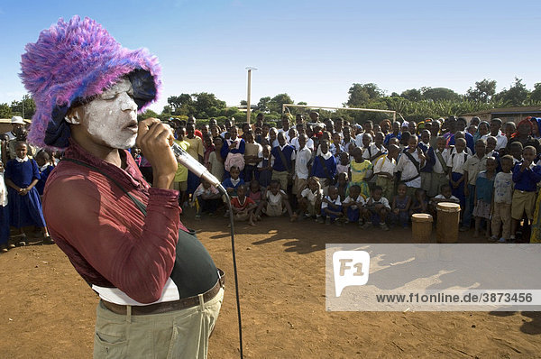 öffentlich  öffentliche  öffentlicher  öffentliches  Afrika  Afrikaner  afrikanisch  afrikanische  afrikanischer  afrikanisches  Aids  Aids-Aufklärungskampagne  Aids-Aufklaerungskampagne  außen  Außenaufnahme  Aufführung  Aufführungen  Auffuehrung  Auffuehrungen  Aufklärung  Aufklärungskampagne  Aufklärungskampagnen  Aufklaerung  Aufklaerungskampagne  Aufklaerungskampagnen  aussen  Aussenaufnahme  Aussenaufnahmen  bei  bemalt  bemalte  bemalter  bemaltes  Bemalung  Bemalungen  Bildung  Clown  Clowne  Clowns  Darbietung  Darbietungen  draußen  draussen  dunkelhäutig  dunkelhäutige  dunkelhäutiger  dunkelhäutiges  dunkelhaeutig  dunkelhaeutige  dunkelhaeutiger  dunkelhaeutiges  erwachsen  erwachsene  Erwachsene  Erwachsener  erwachsener  erwachsenes  Farbige  Farbiger  Gesicht  Gesichter  Hüte  HIV  HIV  Aids  HIV  Aids-Aufklärungskampagne  HIV  Aids-Aufklaerungskampagne  Huete  Humane  Hut  Immundefizienz  Immundefizienz-Virus  Informationsveranstaltung  Informationsveranstaltungen  jung  junge  junger  junges  Künstler  Kampagne  Kampagnen  Kid  Kids  Kilimanjaro  Kind  Kinder  Kopfbedeckung  Kopfbedeckungen  Kostüm  Kostüme  kostümiert  kostümierte  kostümierter  kostümiertes  Kostuem  Kostueme  kostuemiert  kostuemierte  kostuemierter  kostuemiertes  Kuenstler  Kultur  kulturell  kulturelle  kultureller  kulturelles  Kulturen  Leute  Männer  männlich  männliche  männlicher  männliches  Maenner  maennlich  maennliche  maennlicher  maennliches  Mann  Maskerade  Mensch  Menschen  Mikrofon  Mikrofone  Mikrophon  Mikrophone  Moshi  oeffentlich  oeffentliche  oeffentlicher  oeffentliches  Person  Personen  pink  pinke  pinker  pinkes  reden  redend  redende  redender  redendes  redet  rosa  rosafarben  rosafarbene  rosafarbener  rosafarbenes  rosane  rosaner  rosanes  Schauspiel  schauspielen  schauspielend  schauspielende  schauspielender  schauspielendes  schauspielern  schauspielernd  schauspielernde  schauspielernder  schauspielerndes  Schwarze  Schwarzer  sprechen 