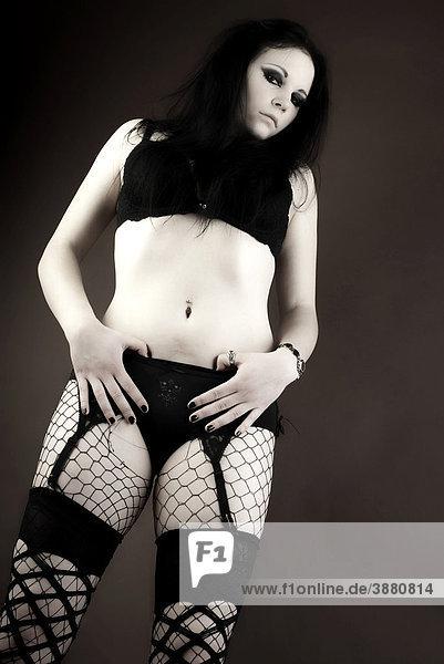 Frau  Gothic  dunkelhaarig  stehend