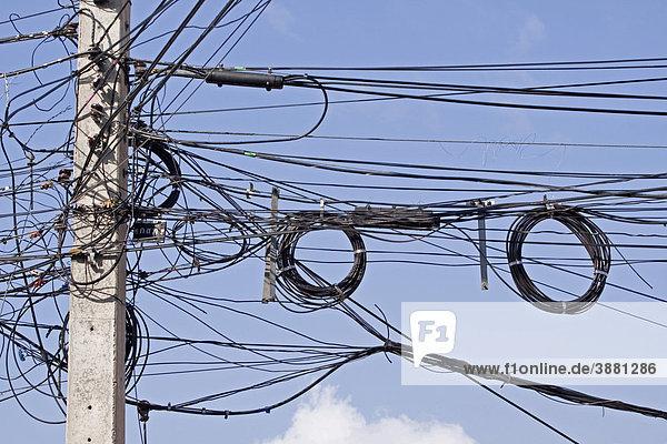 Wirrwarr von Stromkabeln, Strommast in Thailand, Asien ...