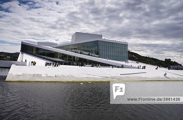 Die Neue Oper von Oslo mit dem markanten weißen Marmor  Norwegen  Skandinavien  Europa